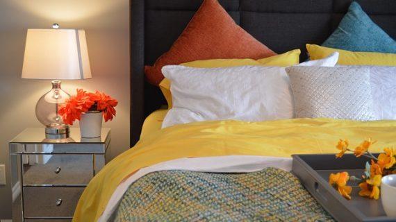 מצעים רקומים לעיצוב רומנטי של חדר השינה