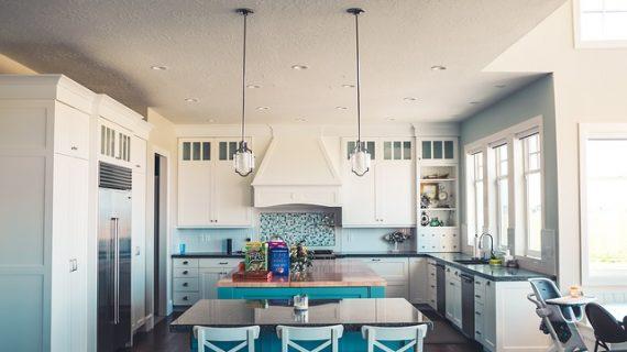מגוון מנורות תליה לאי במטבח